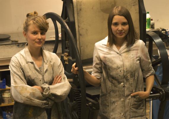 Karin och Siri i Grafikens Hus verkstad