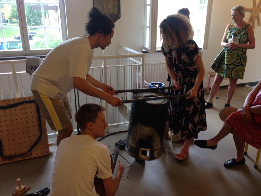 Konstnärerna demonstrerar hur gjutningen av flexibla ramar gått till. Öppet hus 4 juli 2015.